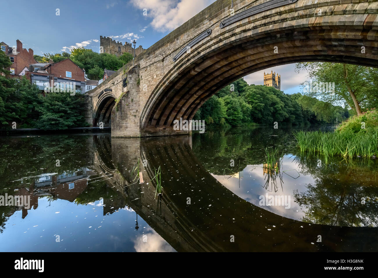 Framwellgate Bridge is a mediaeval's masonry arch bridge across the River Wear, in Durham, England. - Stock Image