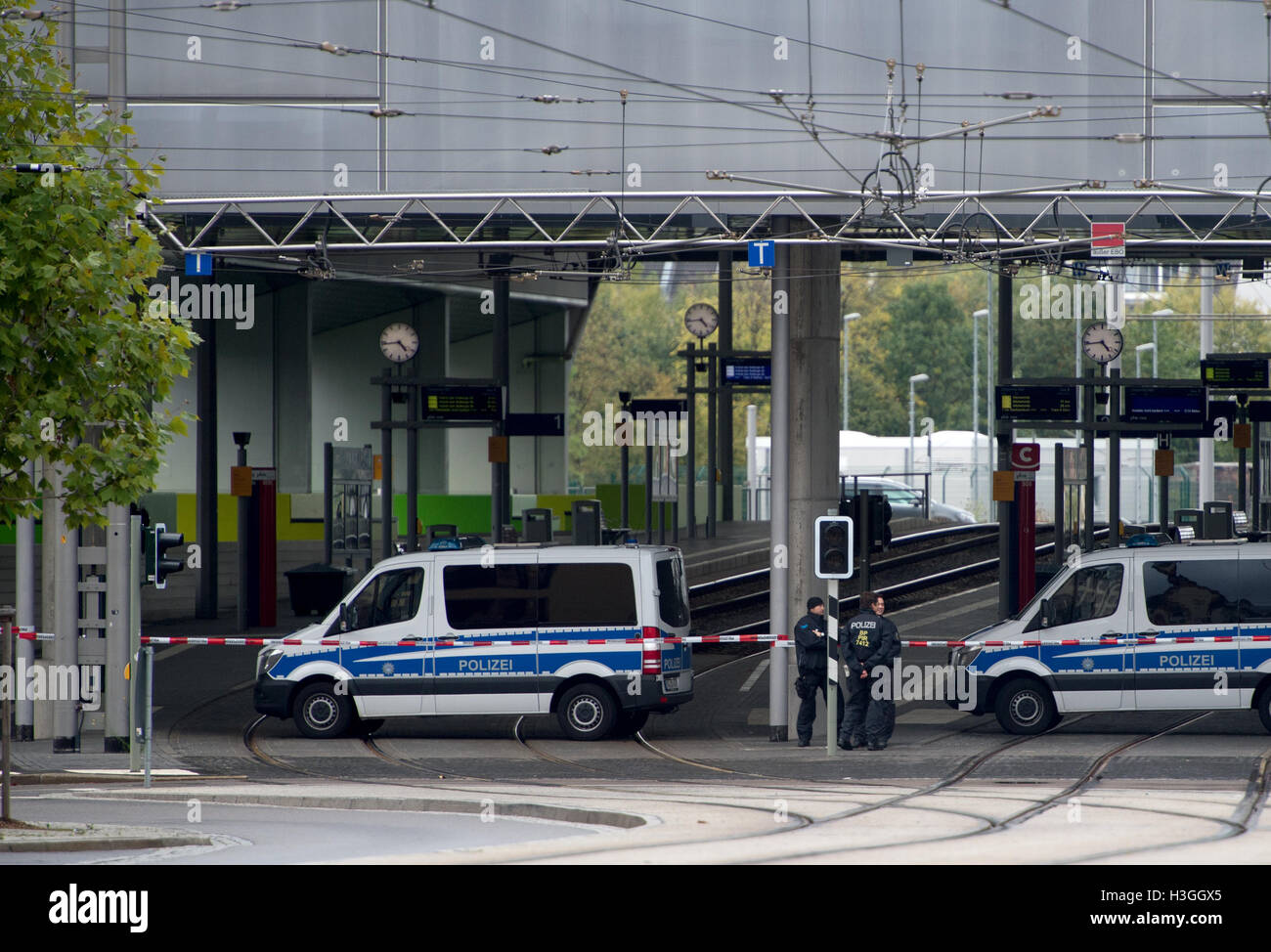 Saxony, Germany. 08th Oct, 2016. Police secure the perimeter of Chemnitz Central Station in the region of Saxony, - Stock Image