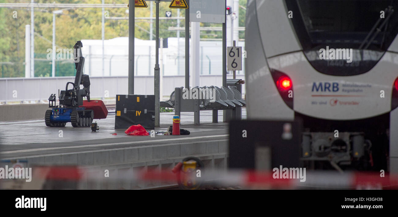 Saxony, Germany. 08th Oct, 2016. A remotely controlled bomb disposal robot lifts a red suitcase on a platform in - Stock Image