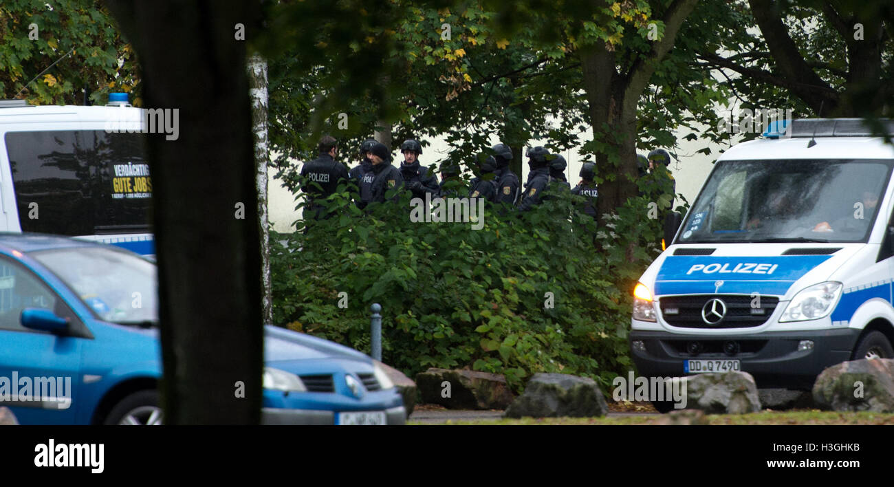 Saxony, Germany. 08th Oct, 2016. Police officers stand outside a residential building during an operation in a sealed - Stock Image