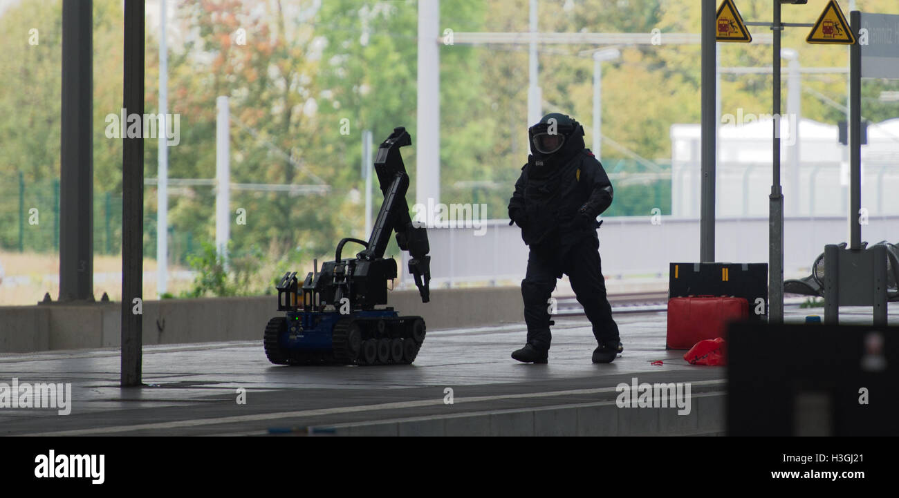 Saxony, Germany. 08th Oct, 2016. A police officer in protective saftey gear with a remotely controlled bomb disposal - Stock Image