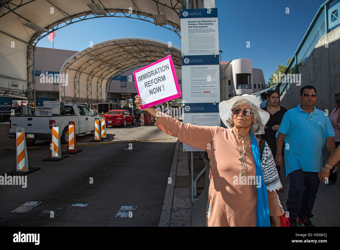 Nogales, Arizona, USA. A woman holds a sign calling for immigration reform at the U.S.-Mexico border crossing. Activists - Stock Image