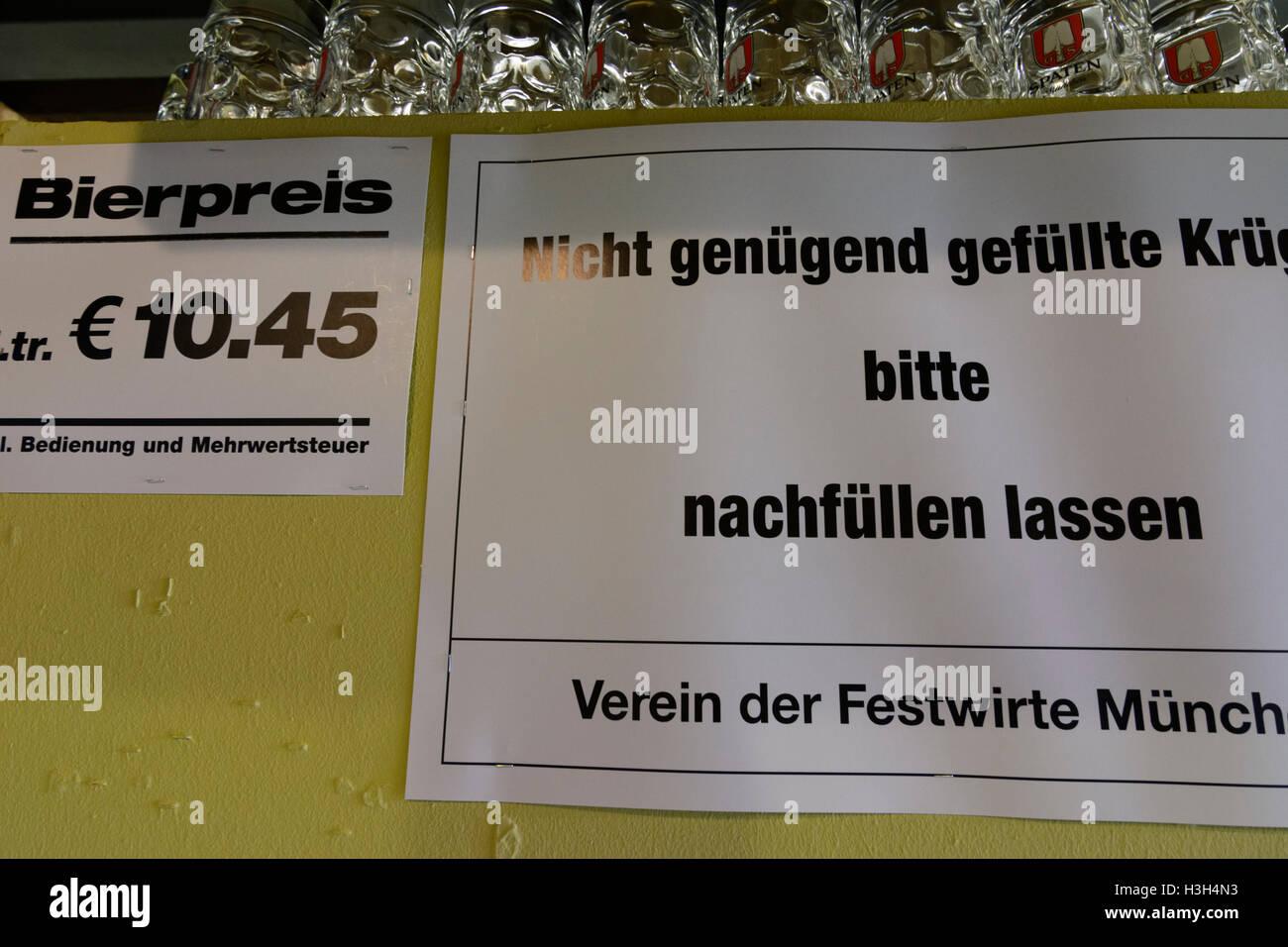München, Munich: Oktoberfest beer festival: sign 'Nicht genügend gefüllte Krüge bitte nachfüllen - Stock Image