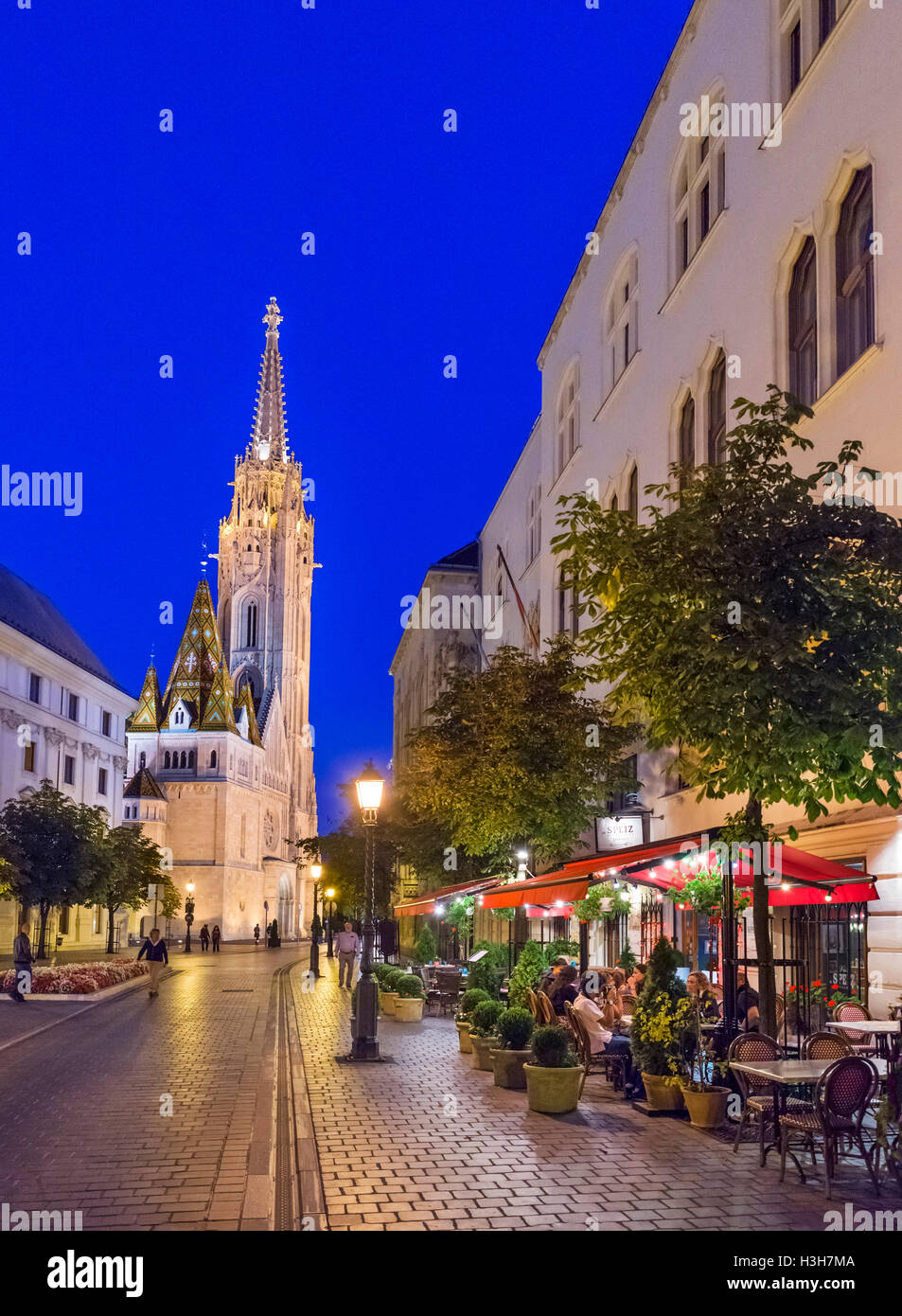 Restaurant on Hess András tér at night, looking towards Matthias Church, Buda Castle district, Castle - Stock Image