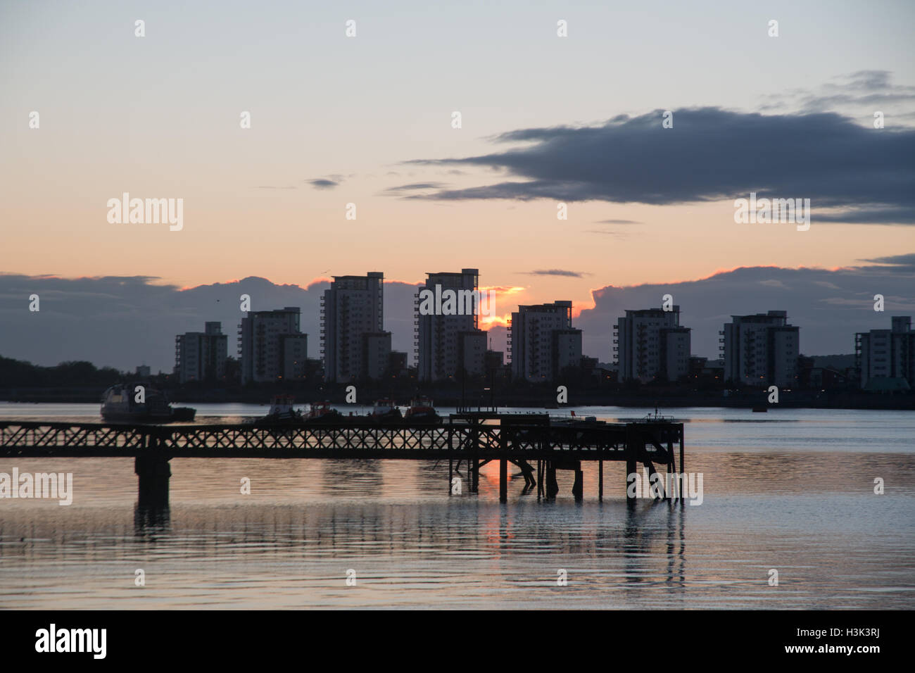 River Thames, Woolwich, London, UK, Sunday 9th October 2016. UK weather: Clear skies on autumn morning at sunriseStock Photo
