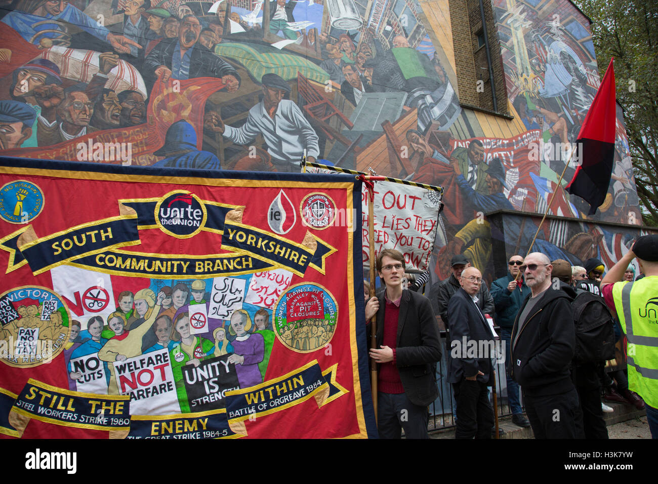 London,  UK. 9th October, 2016. Anti fascists gather in front of the Battle of Cable Street mural in St Georges - Stock Image