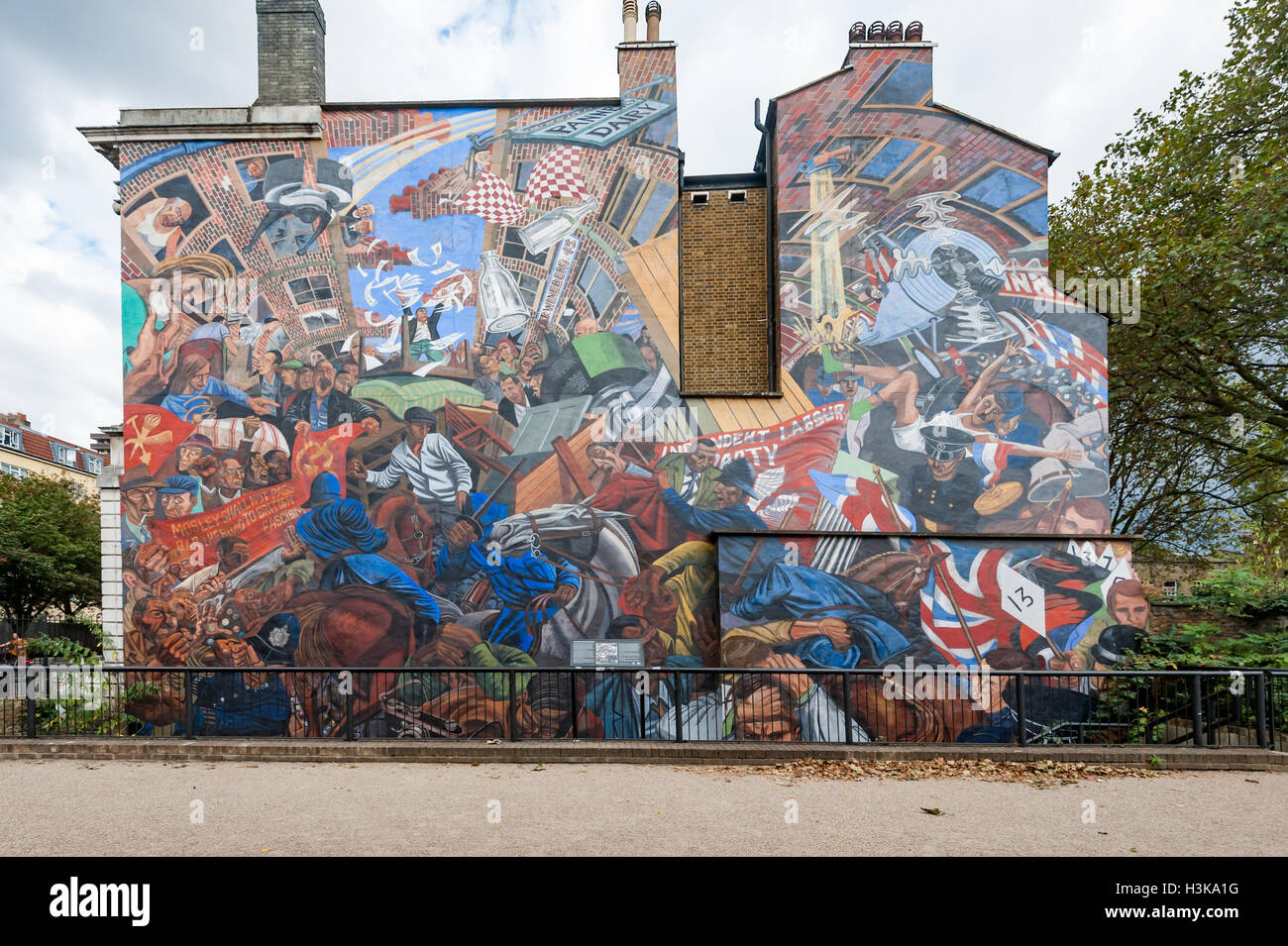 London, UK. 9th October 2016. The mural celebrating the Battle of Cable Street shortly before the march arrived - Stock Image