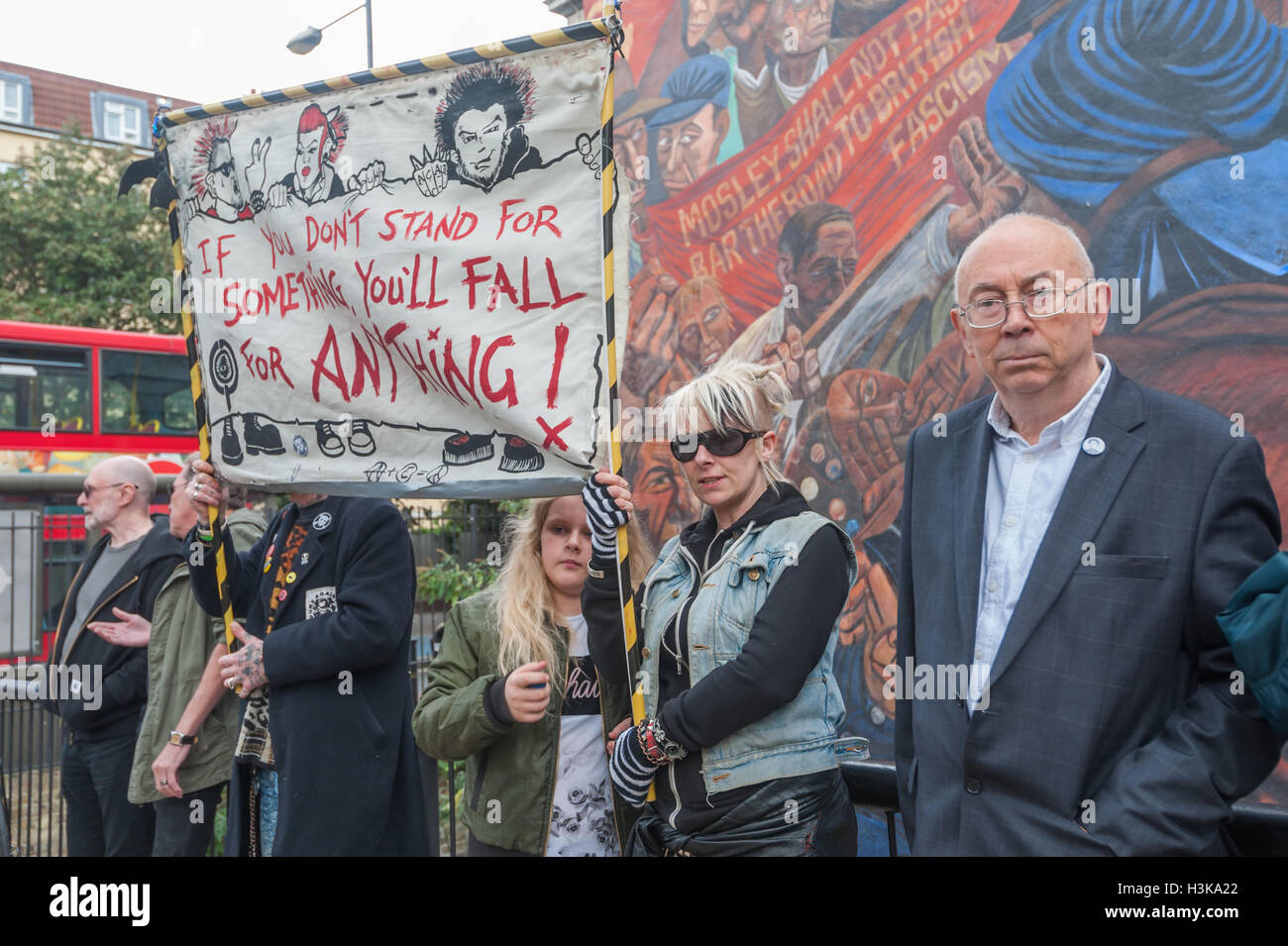 London, UK. 9th October 2016. Ian Bone of Class War stands next to one of their banners in front of the Cable Street - Stock Image