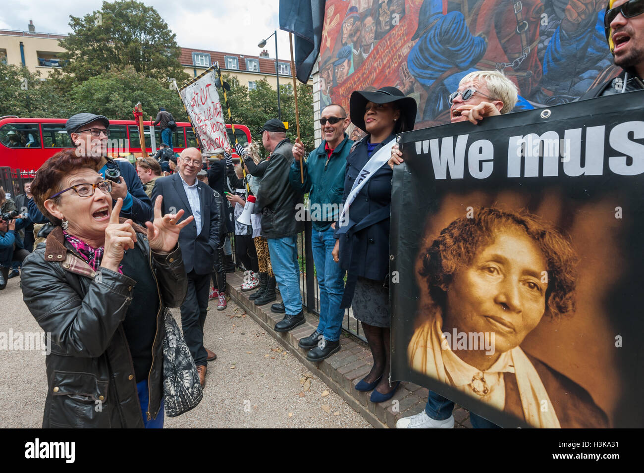 London, UK. 9th October 2016. A woman comes and talks and sings with Class War as they stand with their banners - Stock Image