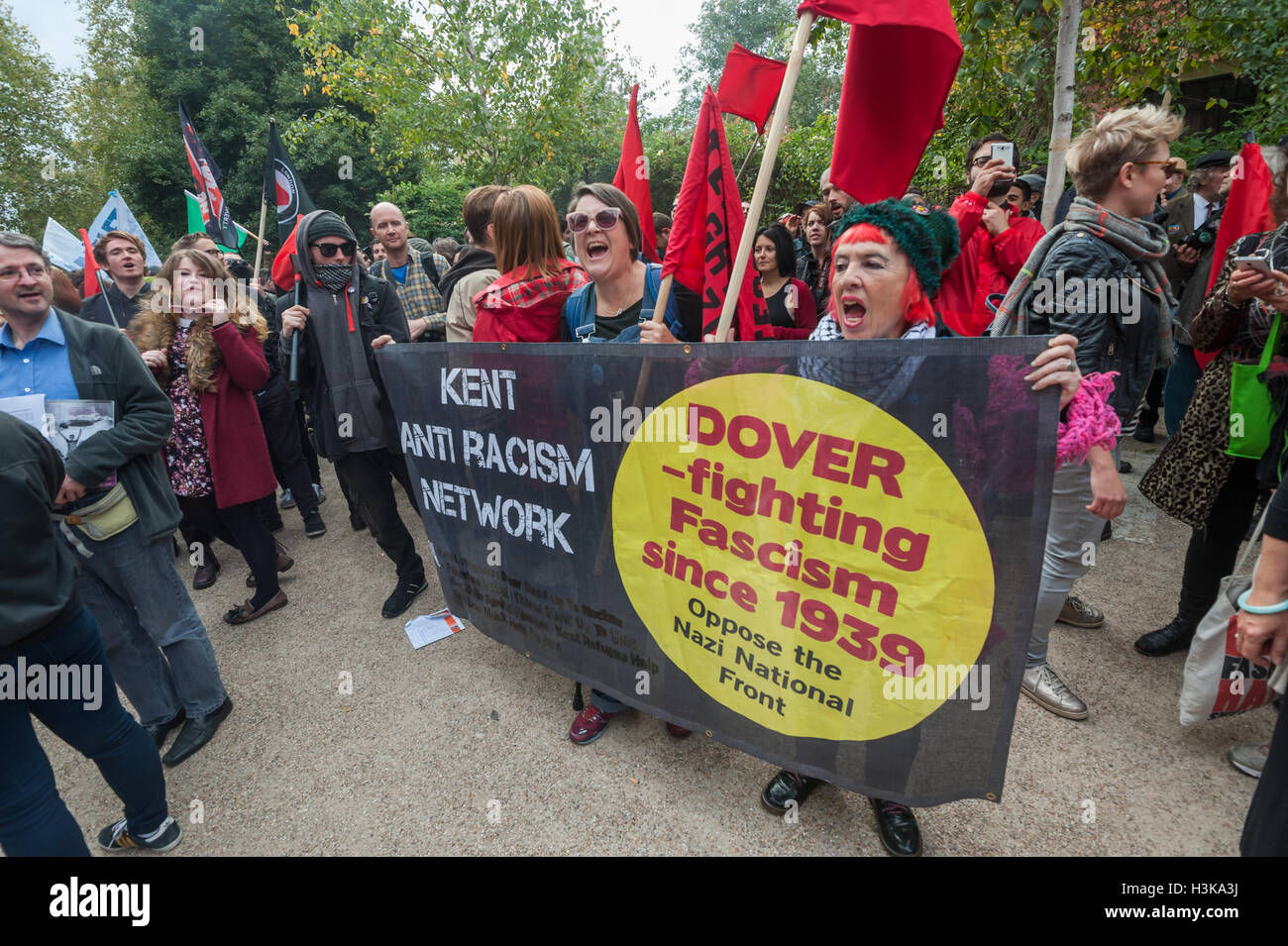 London, UK. 9th October 2016. Kent Anti Racism Network banner at the rally in front of the mural celebrating the - Stock Image