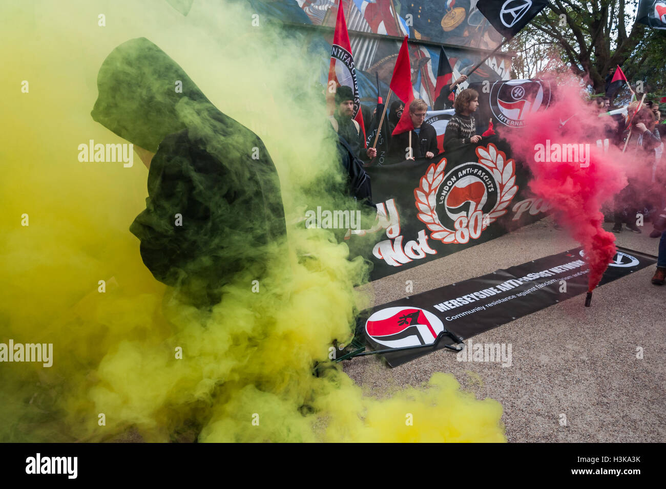 London, UK. 9th October 2016. London Anti-Fascists let of flares at the rally organised by Cllass War in front to - Stock Image