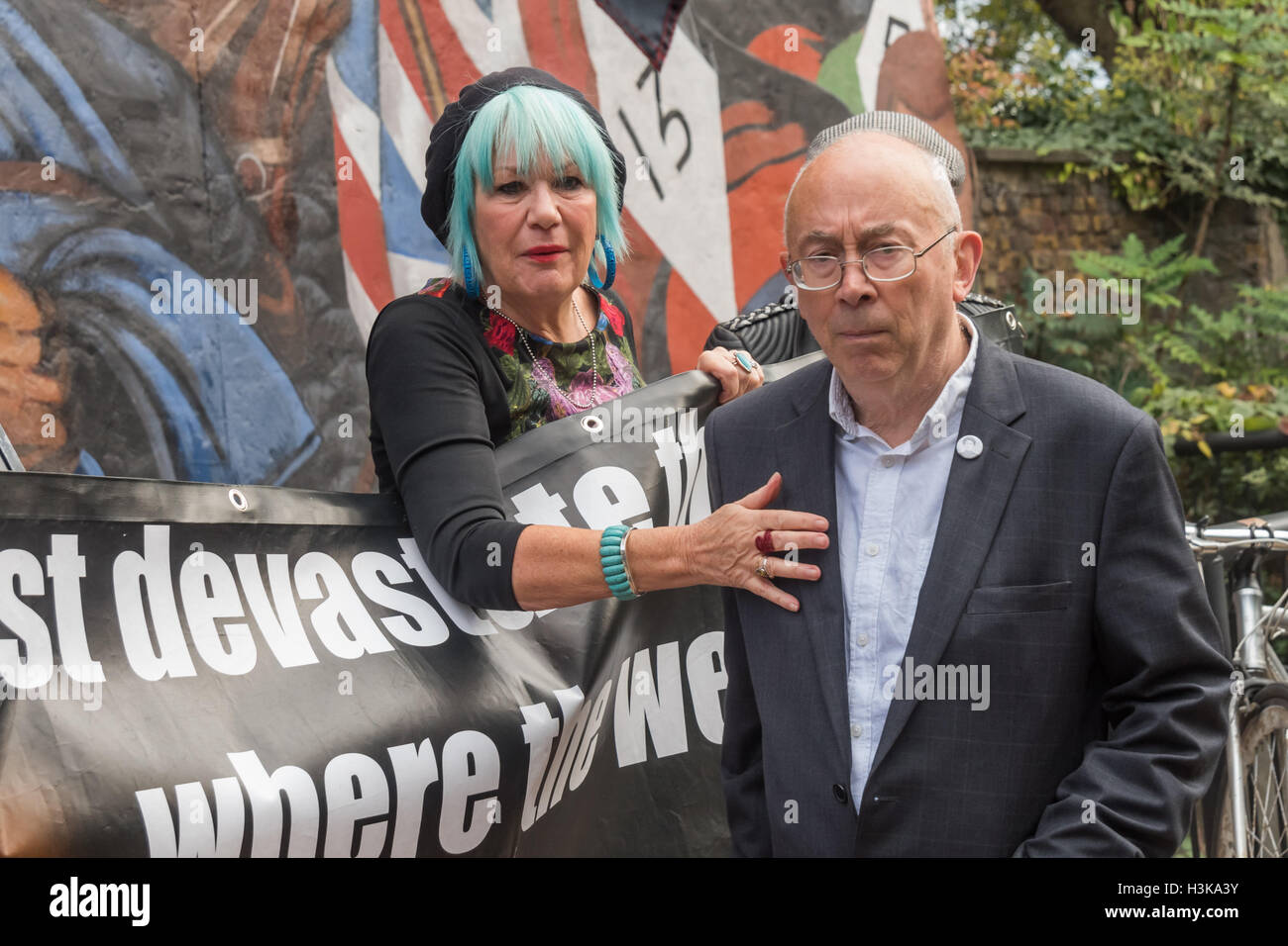 London, UK. 9th October 2016. Jane Nicholl and Ian Bone of Class War at their rally in  front of the Cable St mural. - Stock Image