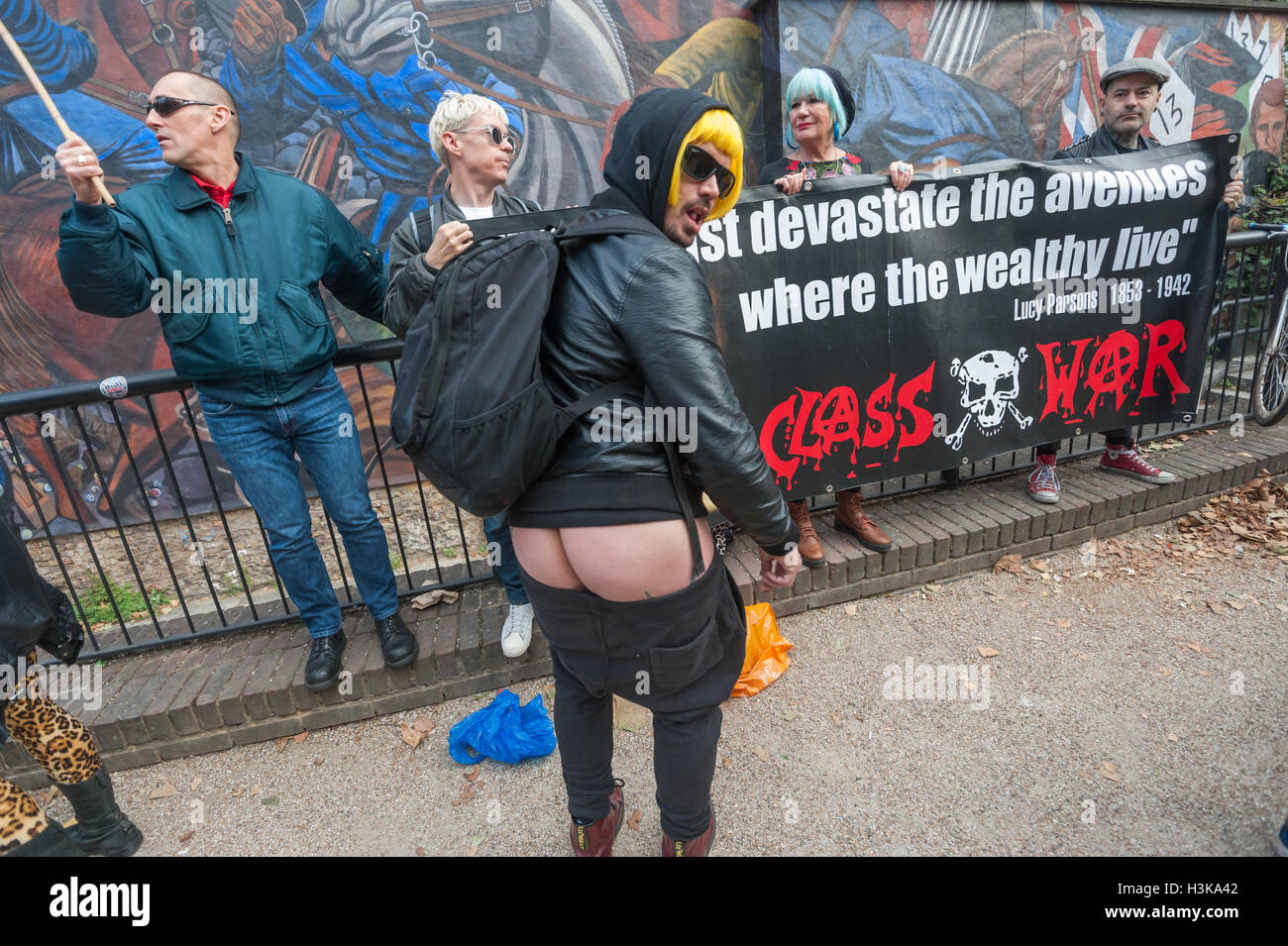 London, UK. 9th October 2016. Adam Clifford of Class War 'moons' at ther rally in front of the Cable St - Stock Image