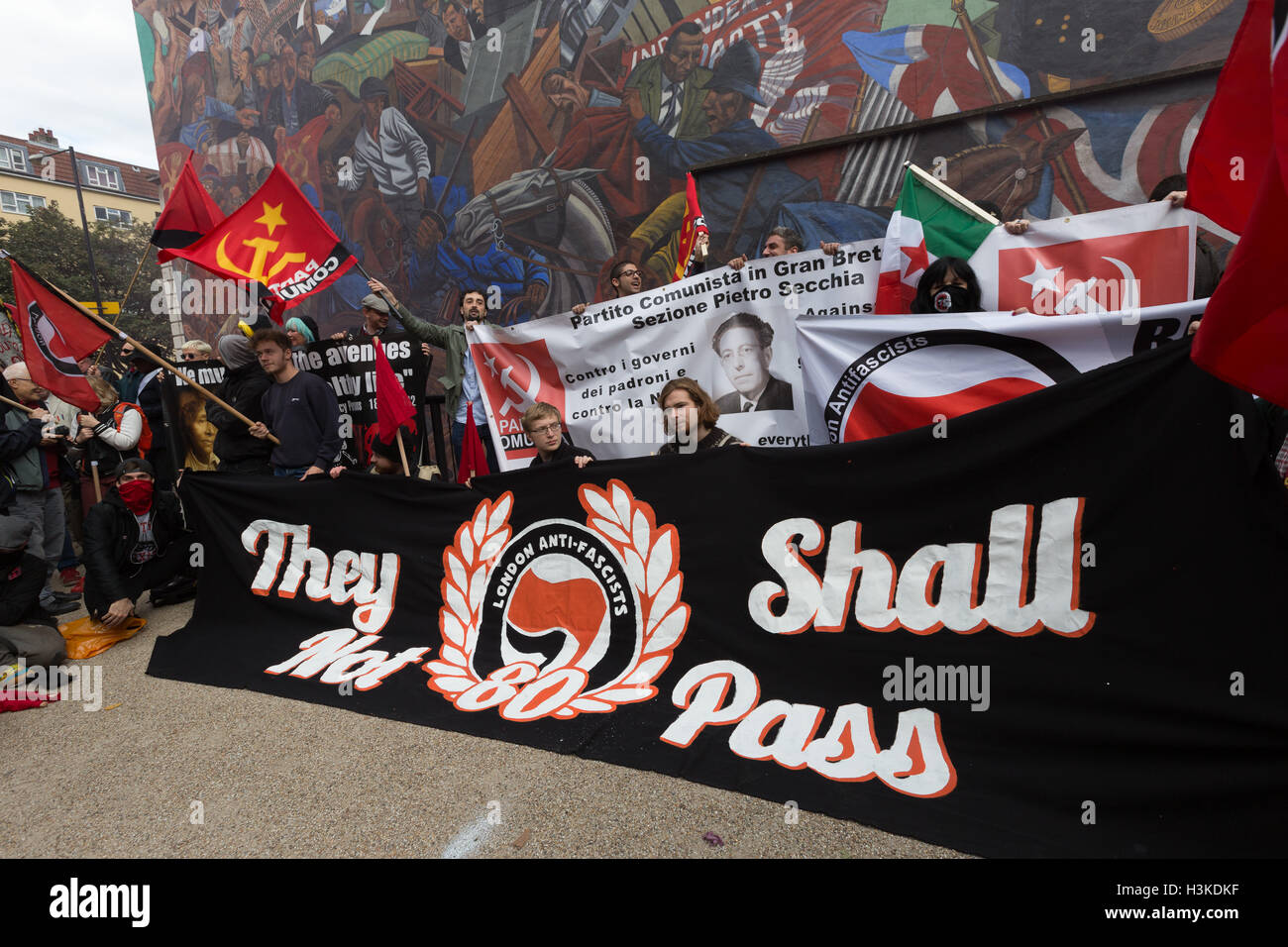 London, UK. 9th October 2016. Anarchists and anti-fascists protest at the Cable Street Mural during a rally to mark - Stock Image