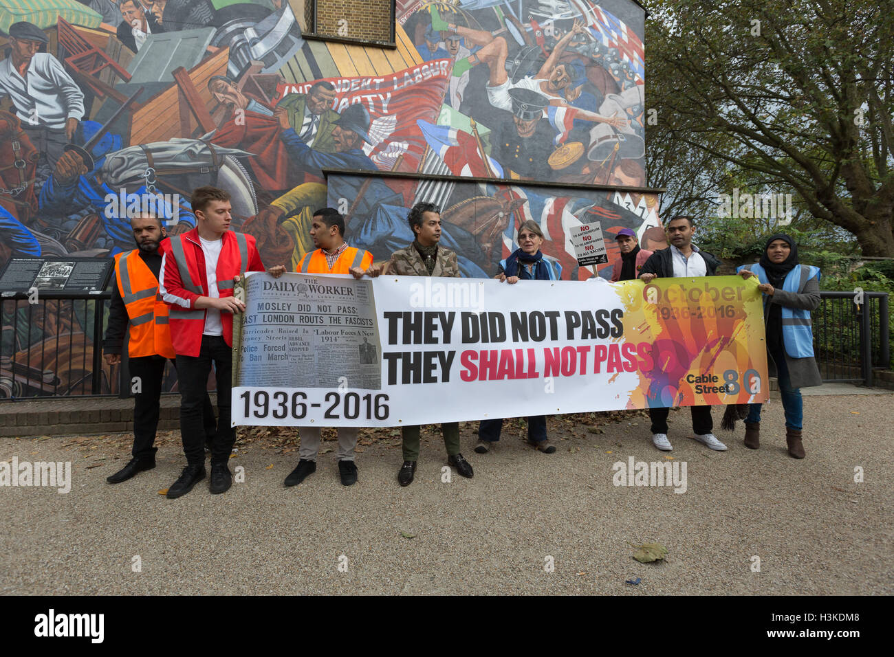 London, UK. 9th October 2016. Socialists, Trade Unionists, Jewish and anti racism groups protest at the Cable Street - Stock Image