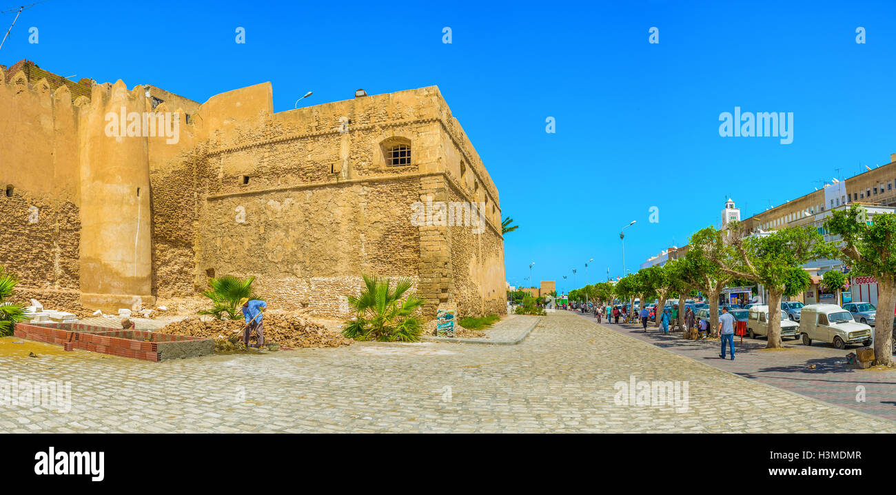 The wide street along the ramparts of old Medina is one of the main city promenades in Sfax. - Stock Image