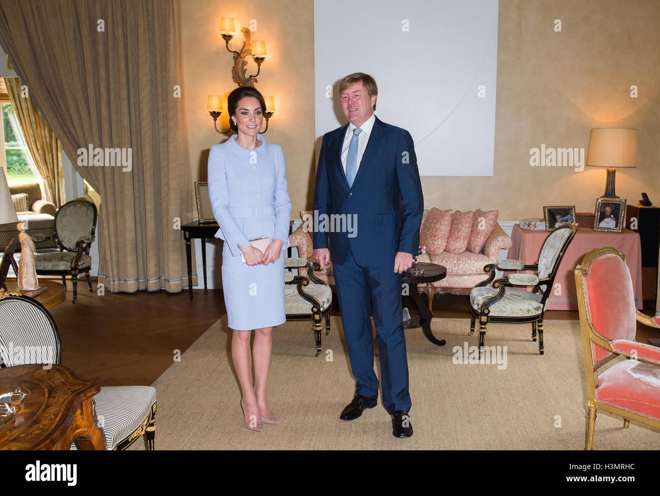 https://c8.alamy.com/comp/H3MRHC/the-duchess-of-cambridge-meets-king-willem-alexander-of-the-netherlands-H3MRHC.jpg