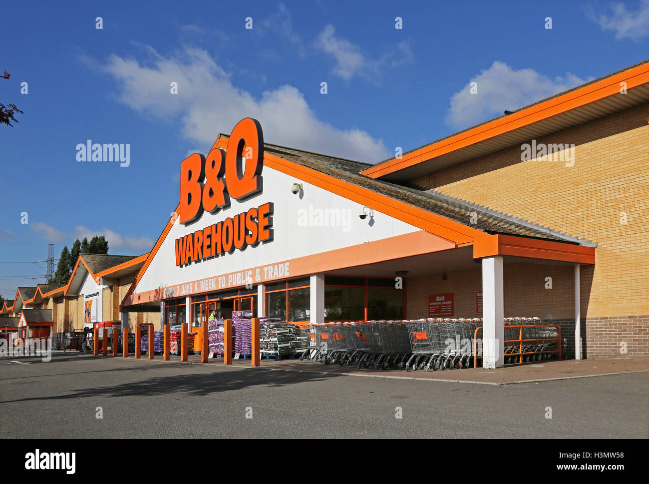 Entrance to the B&Q Warehouse store, Valley Park, Croydon, UK. A major out of town shopping area in South London, - Stock Image