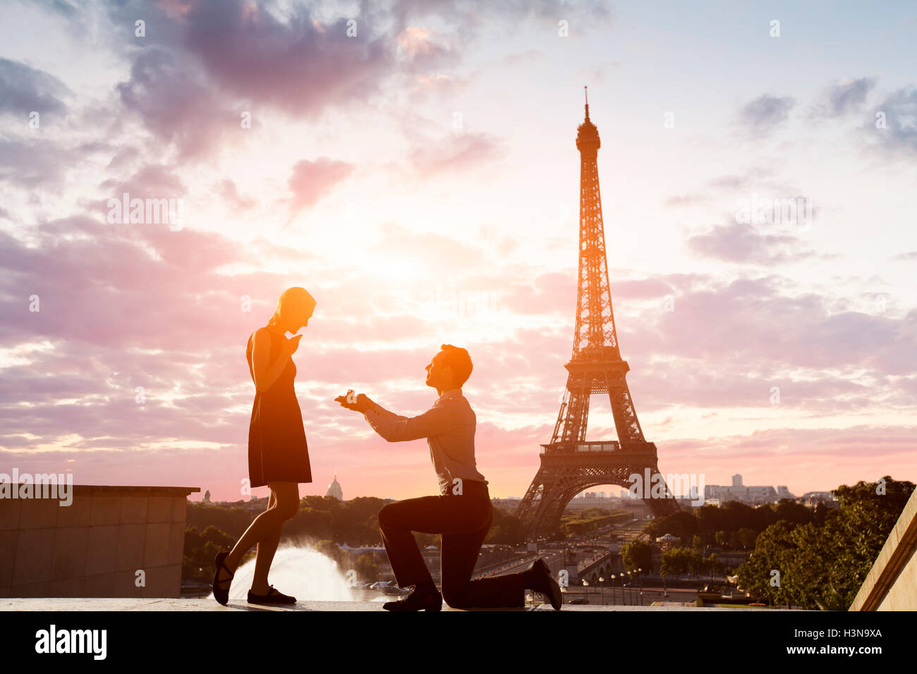Romantic marriage proposal at Eiffel Tower, Paris, France - Stock Image