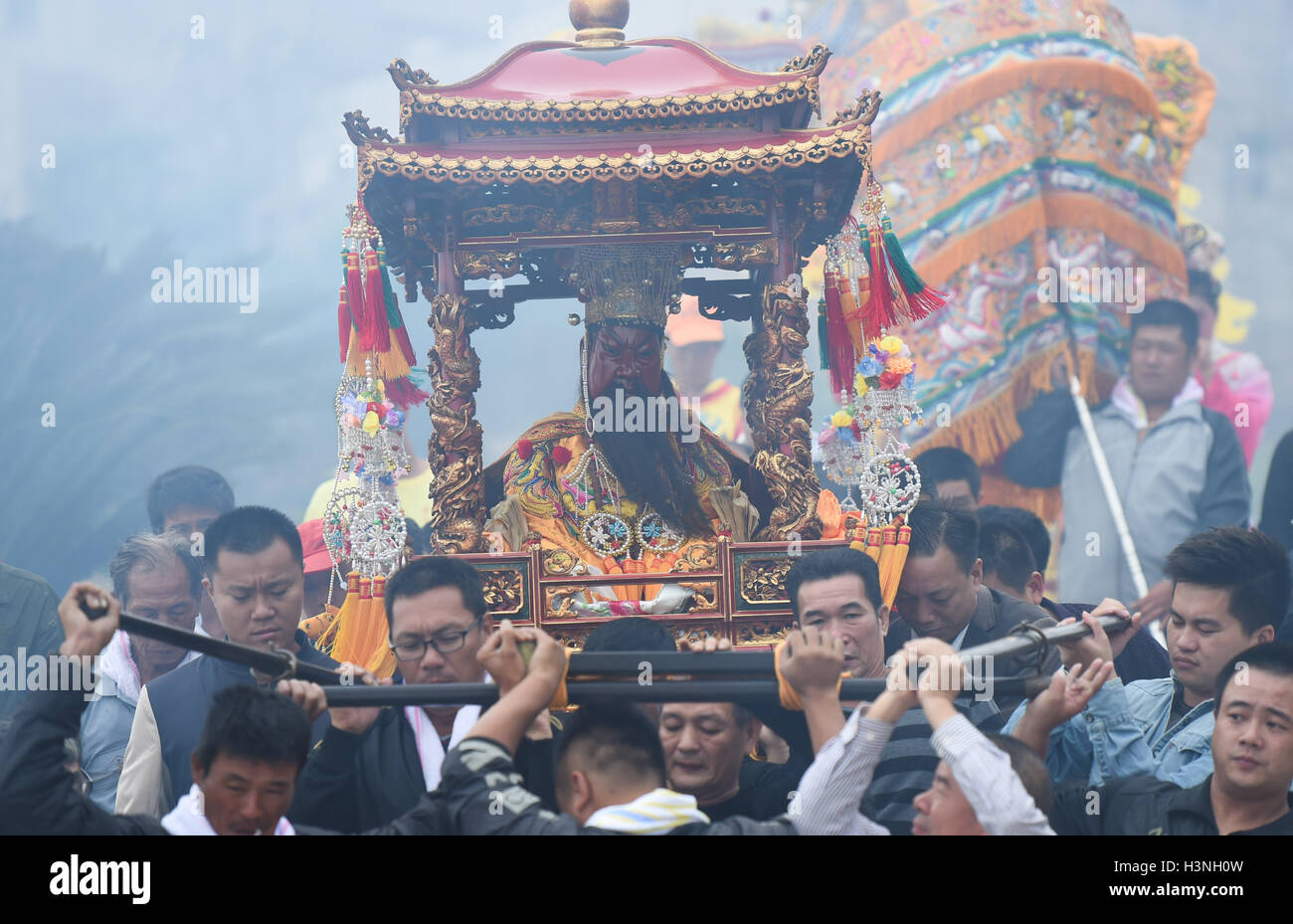 Dongshan, China. 11th October, 2016. Worshippers escort the statue of Guandi to southeast China's Taiwan, in - Stock Image