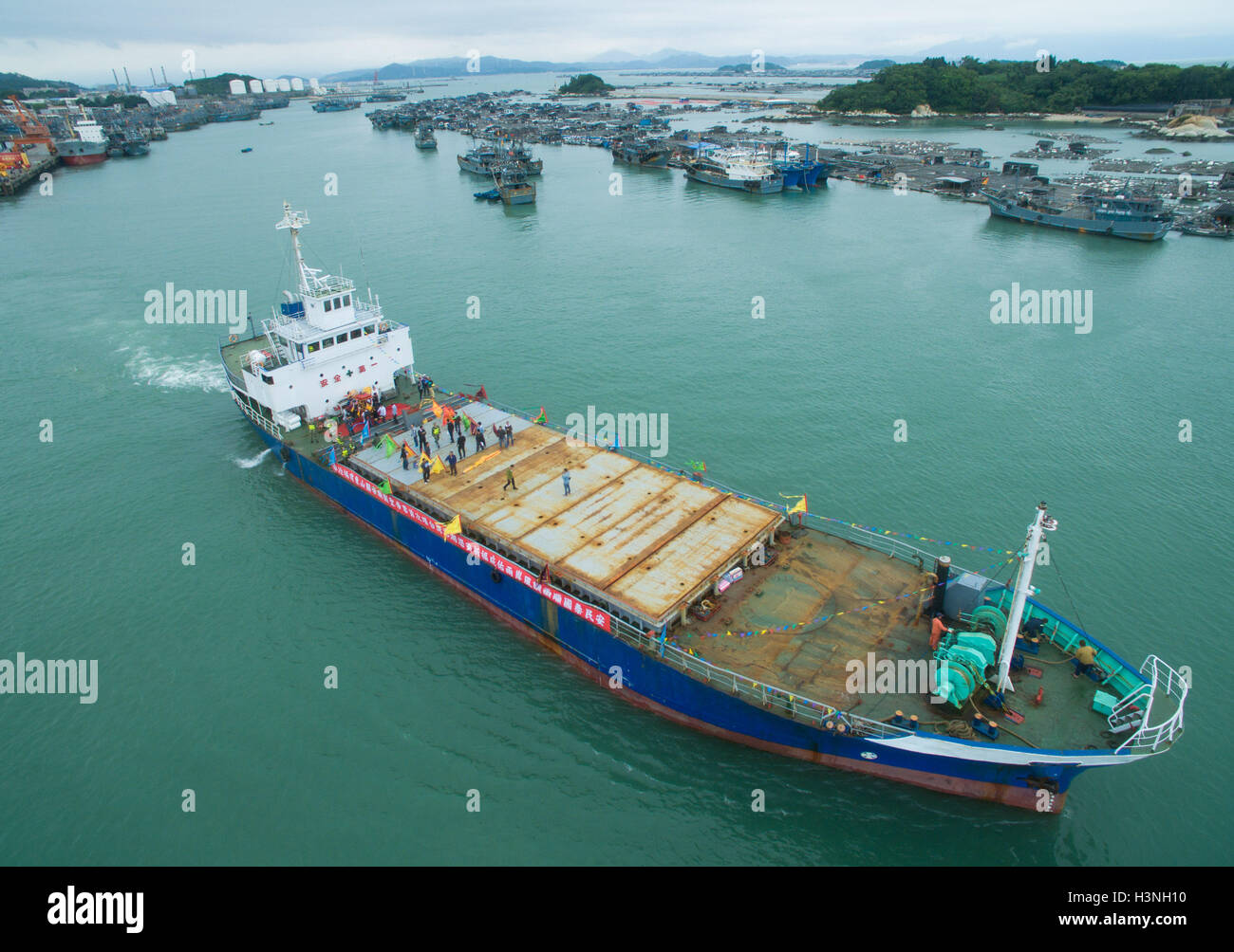 Dongshan, China. 11th October, 2016. A ship loaded with the statue of Guandi sets sail to southeast China's - Stock Image