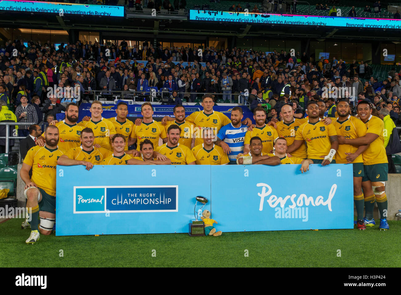 velocidad Florecer compañera de clases  The Australian Wallabies pose for a team picture following the rugby Stock  Photo - Alamy