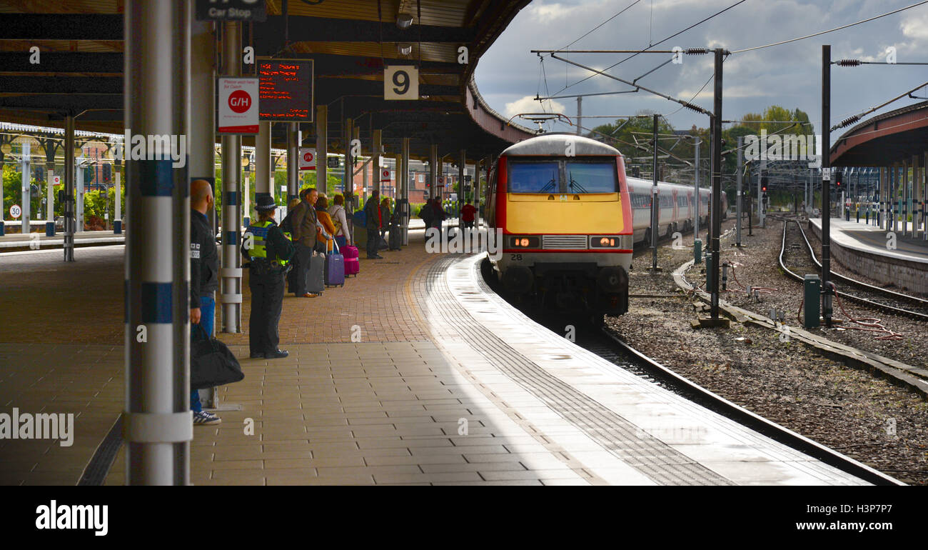 A Virgin InterCity 225 train pulls into York Station platform 9 on the London Kings Cross to Edinburgh route - Stock Image