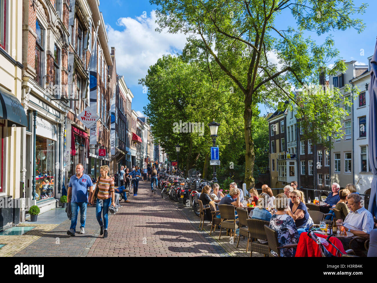 Cafes and bars alongside the Oudegracht (Old Canal) in the city centre, Utrecht, Netherlands - Stock Image