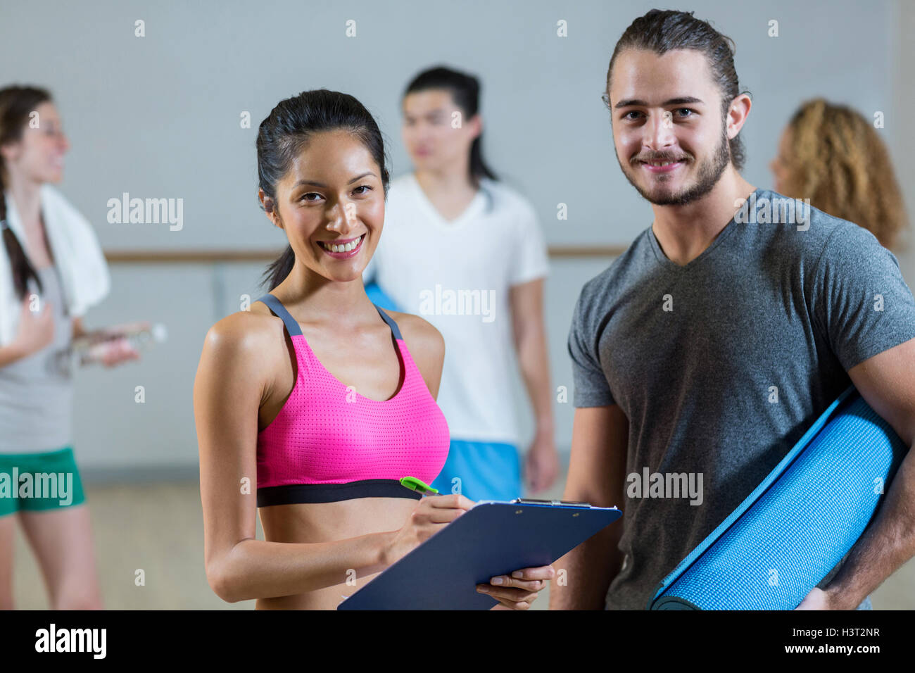 Female trainer helping man on her work out routines - Stock Image