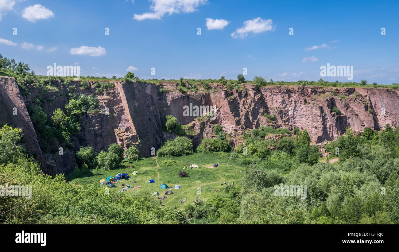 Disused quarry with tents, red porphyry, center for rock climbing, Löbejün, near Halle, river Saale, Saxony - Stock Image