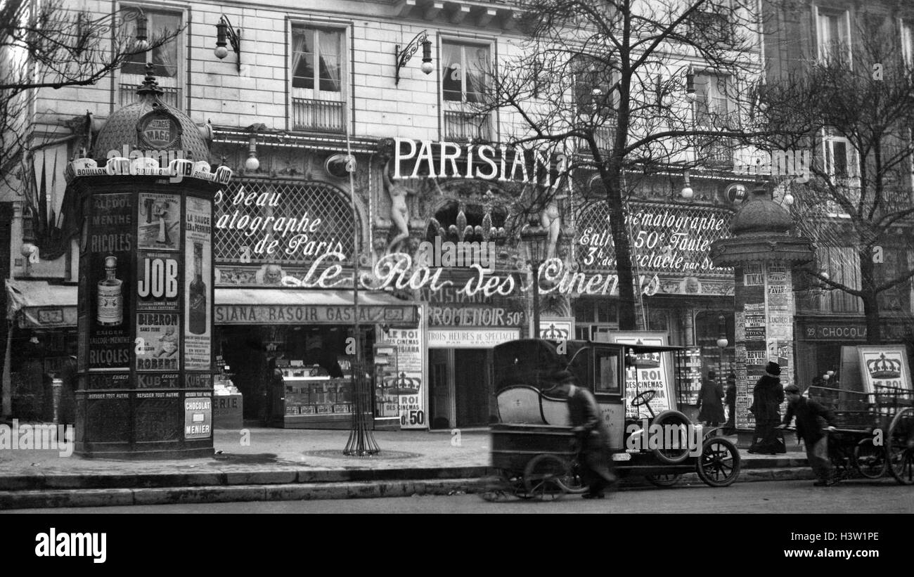 1900s 1910 STREET SCENE SHOWING A KIOSK AND THE FRONT OF THE KING OF CINEMAS THEATER PARIS FRANCE - Stock Image