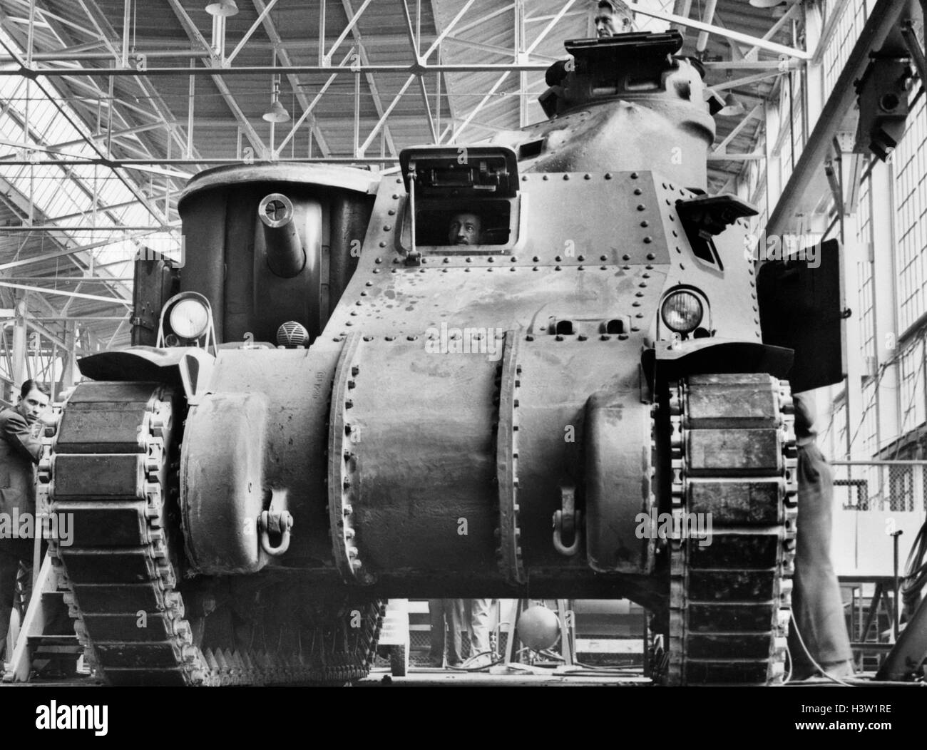 1940s 1941 FIRST CHRYSLER M3 MEDIUM TANK FINAL INSPECTION ON INDUSTRIAL ASSEMBLY LINE VARIOUSLY CALLED LEE OR GRANT - Stock Image