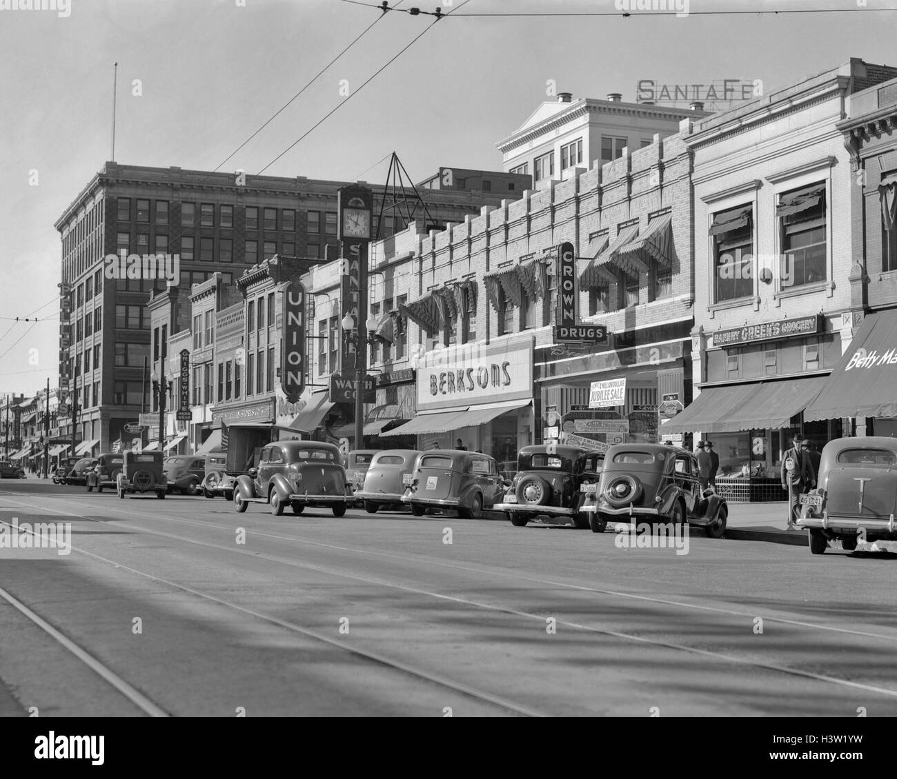 1940s KANSAS STREET SHOPPING DISTRICT CARS SHOPS STOREFRONTS TOPEKA KANSAS USA - Stock Image
