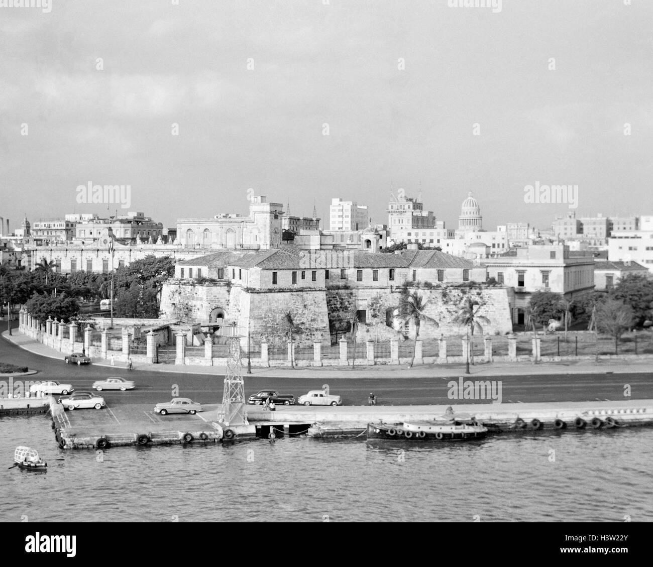 1950s SKYLINE VIEW OF CASTILLO DE LA REAL FUERZA IN FOREGROUND AND CAPITOL DOME IN DISTANCE HAVANA CUBA - Stock Image