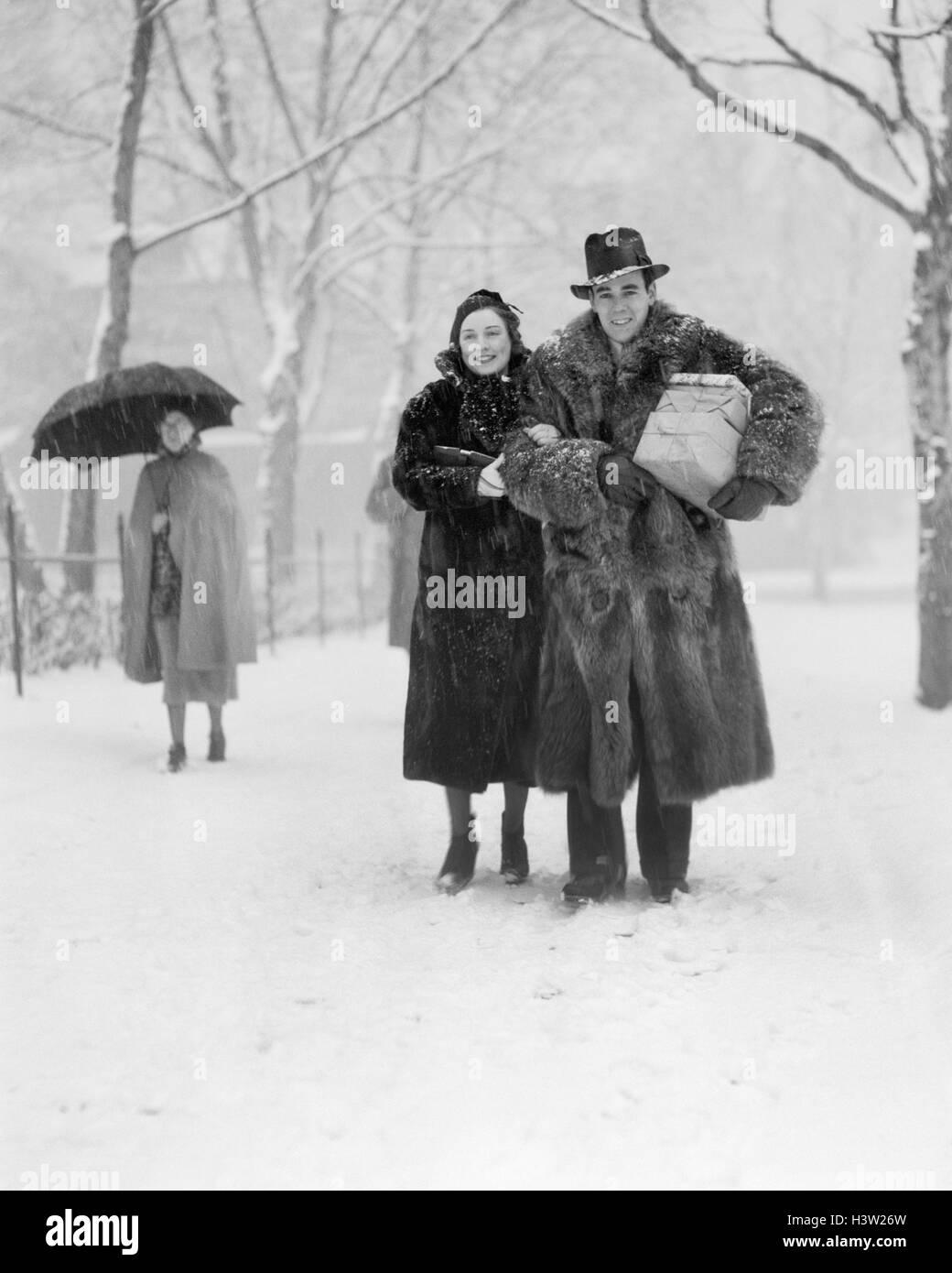 1930s SMILING CHRISTMAS SHOPPING COUPLE WEARING FUR COATS ...