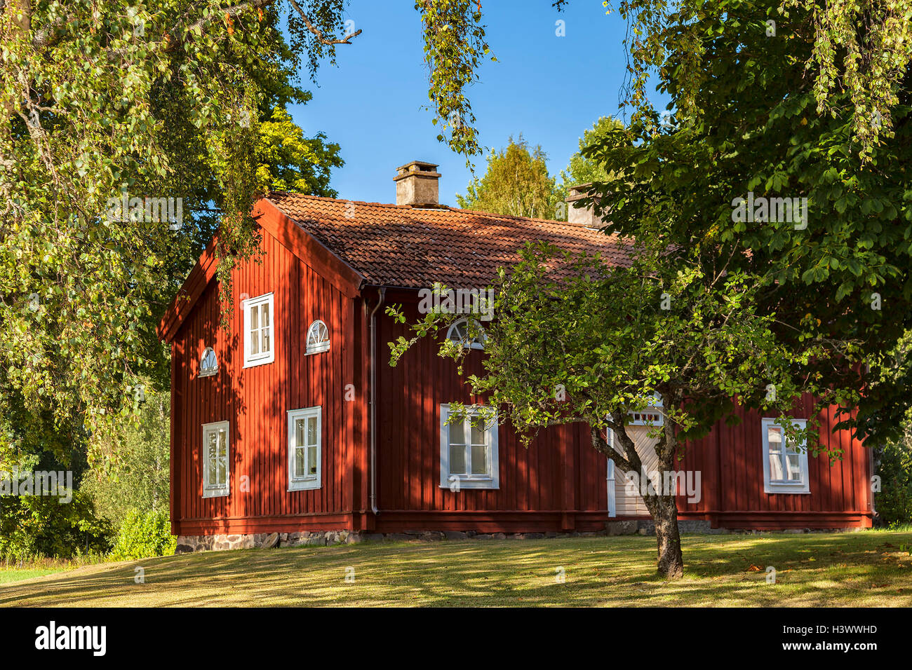 Traditional Swedish red countryside cottage. - Stock Image
