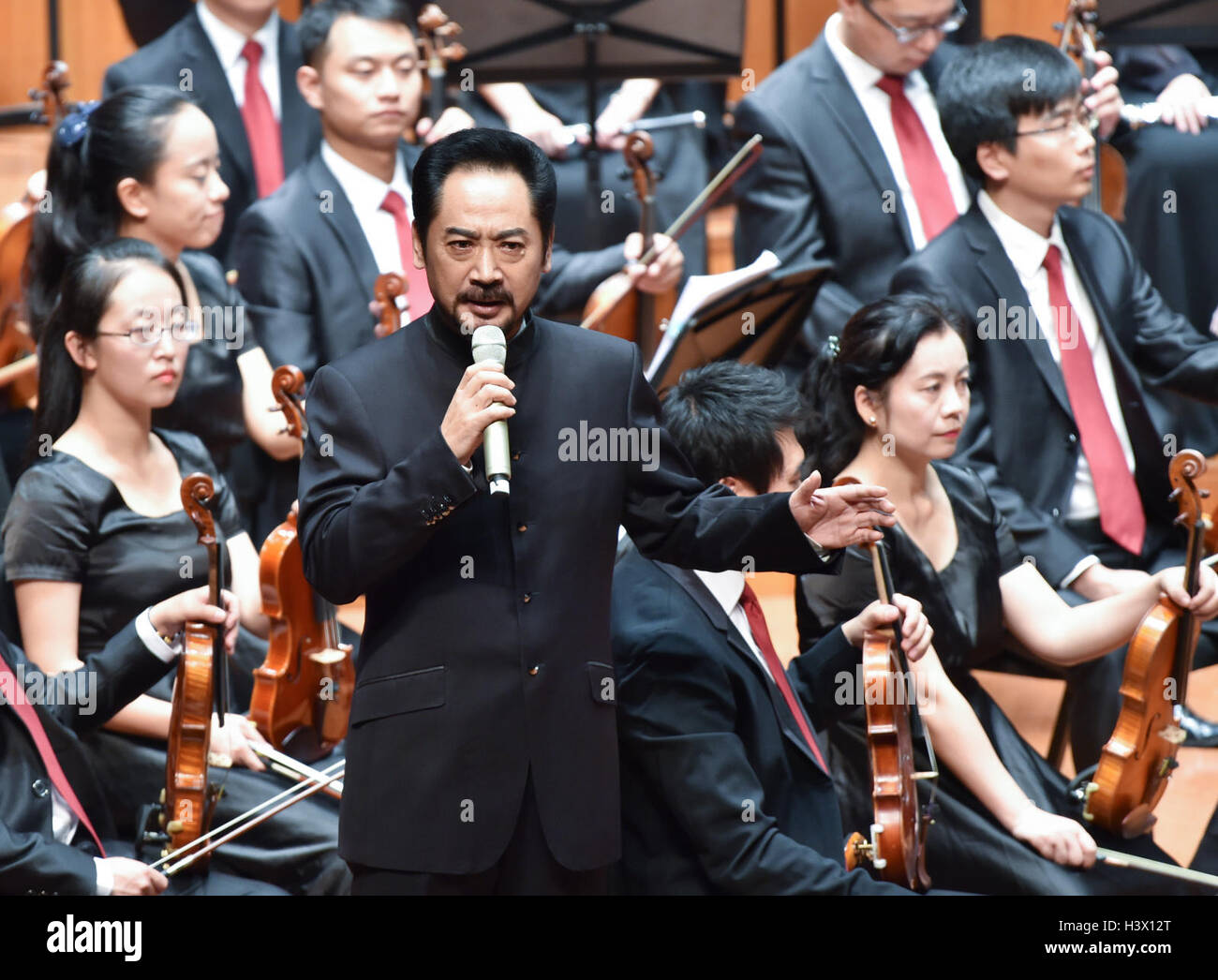 Beijing, China. 12th Oct, 2016. Actor Liu Jin hosts the premiere of the concert 'The Long March' to commemorate - Stock Image