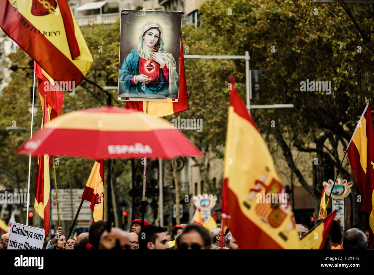 Barcelona, Spain. 12th October, 2016:  Anti-separatist Catalans march with waving flags through the city of Barcelona - Stock Image