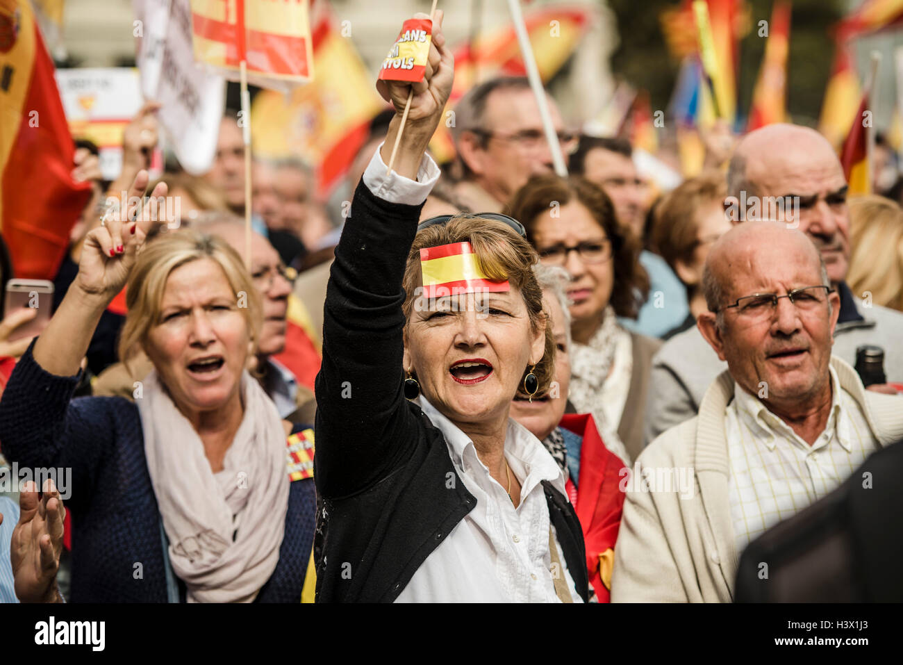 Barcelona, Spain. 12th October, 2016:  Anti-separatist Catalans shout slogans against the unilateral disconnection - Stock Image