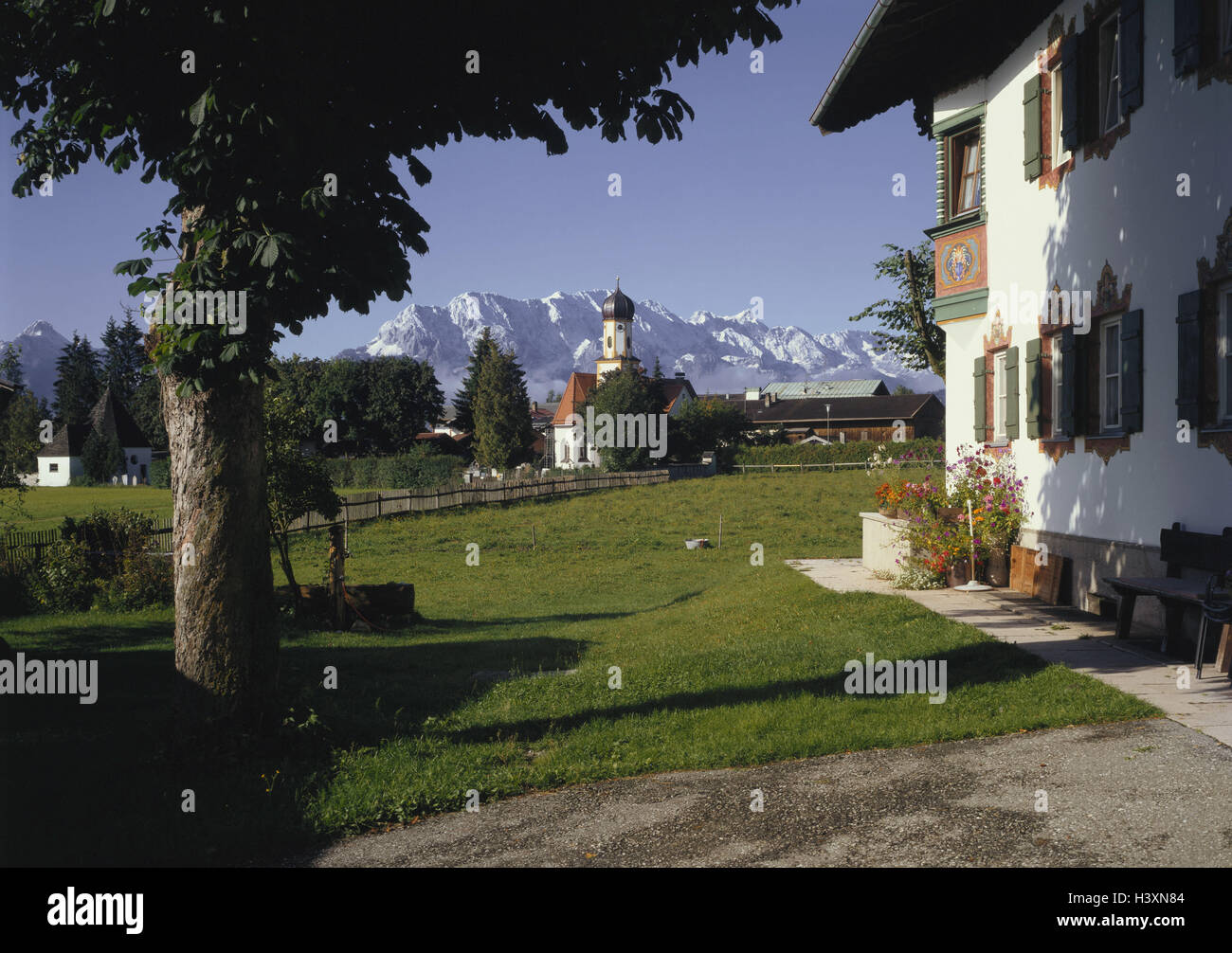 Germany, Obb. Werdenfels, embankment region, local view with church, Wetterstein Range, mountains, meadows, church, - Stock Image