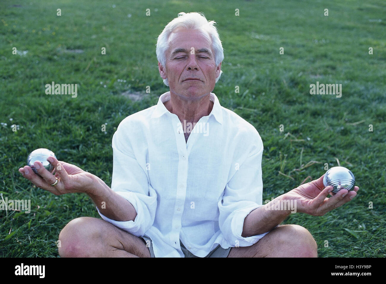 Meadow, senior, Qigong sphere, meditation, outside, man, old, pensioner, hobby, leisure time, Qigong, Chi Gong, - Stock Image