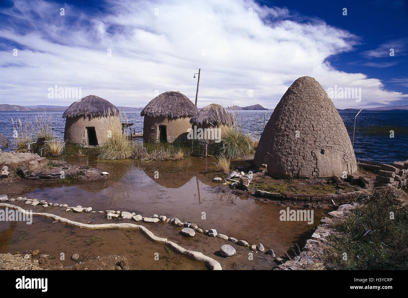 Bolivia, Titicacasee, shore, mucky hut, traditionally, outside, hut, houses, accomodation, water, lake, loam, construction - Stock Image