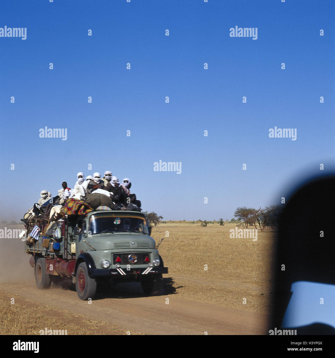 Chad, Borkou, wadi Doum, Sand runway, truck, charge, costs, people Central, Africa, landlocked country, Sahara, - Stock Image