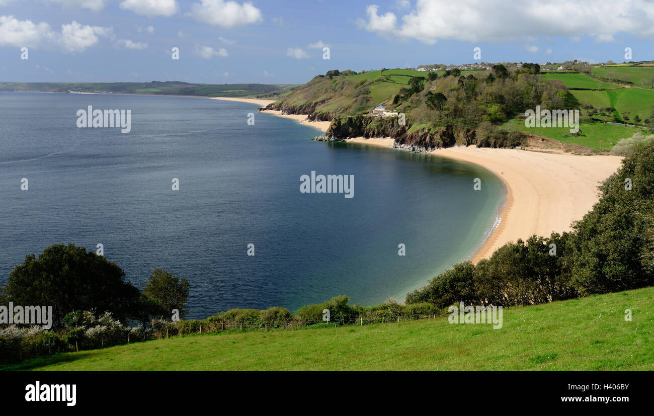 The beach at Blackpool Sands, South Devon, with the village of Strete on the hilltop. - Stock Image