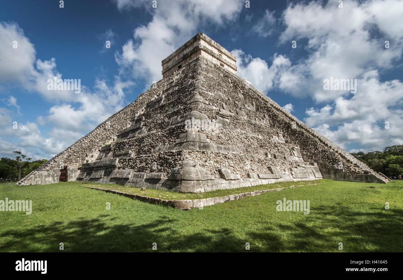 Pyramid El Castillo in Chichen Itza (Mexico) - Stock Image