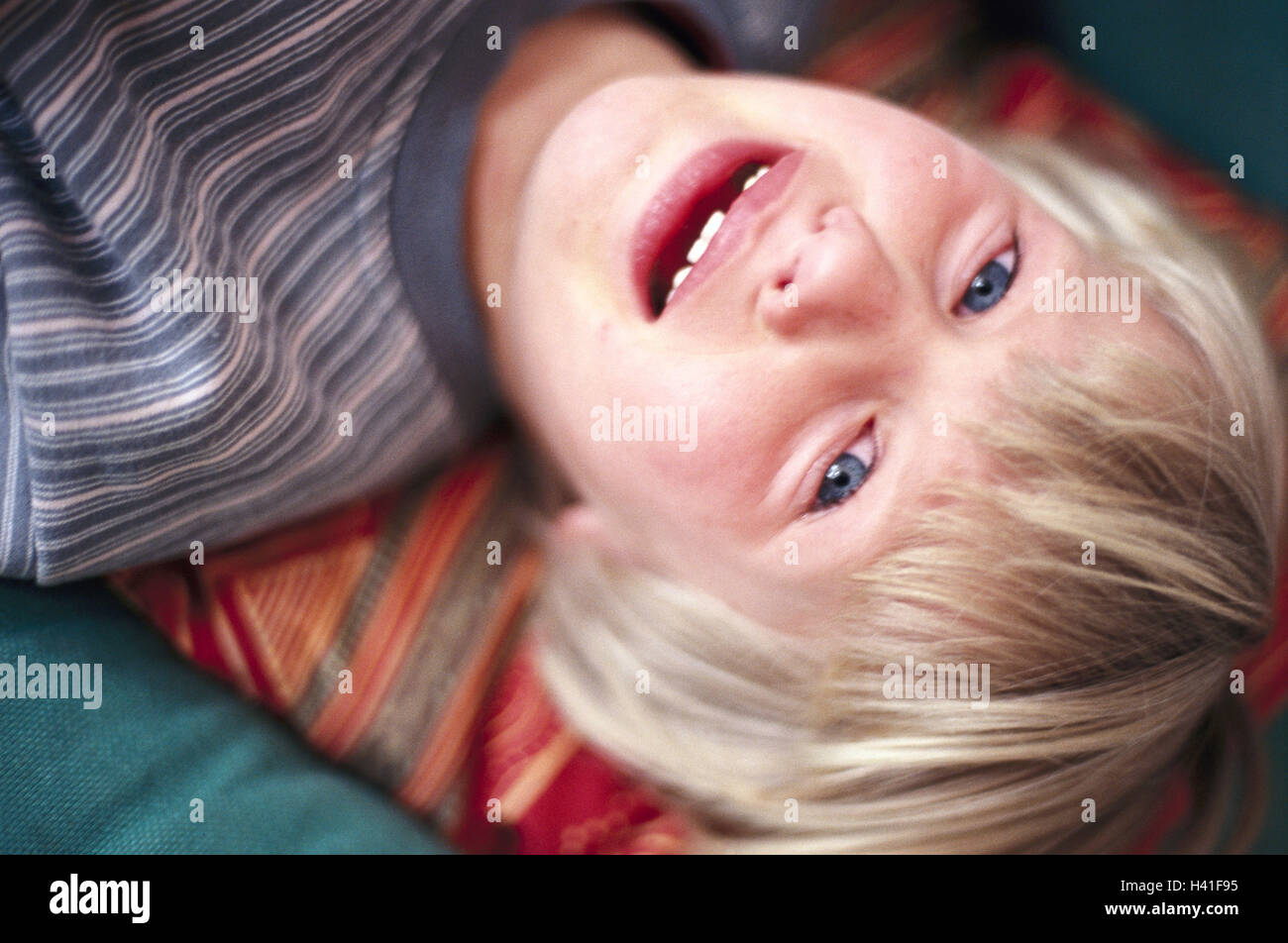 Girls, 6-10 years, blond, sit, lean back, cry, portrait, child, sadly, tooth gap, desperation, loneliness, pain, - Stock Image