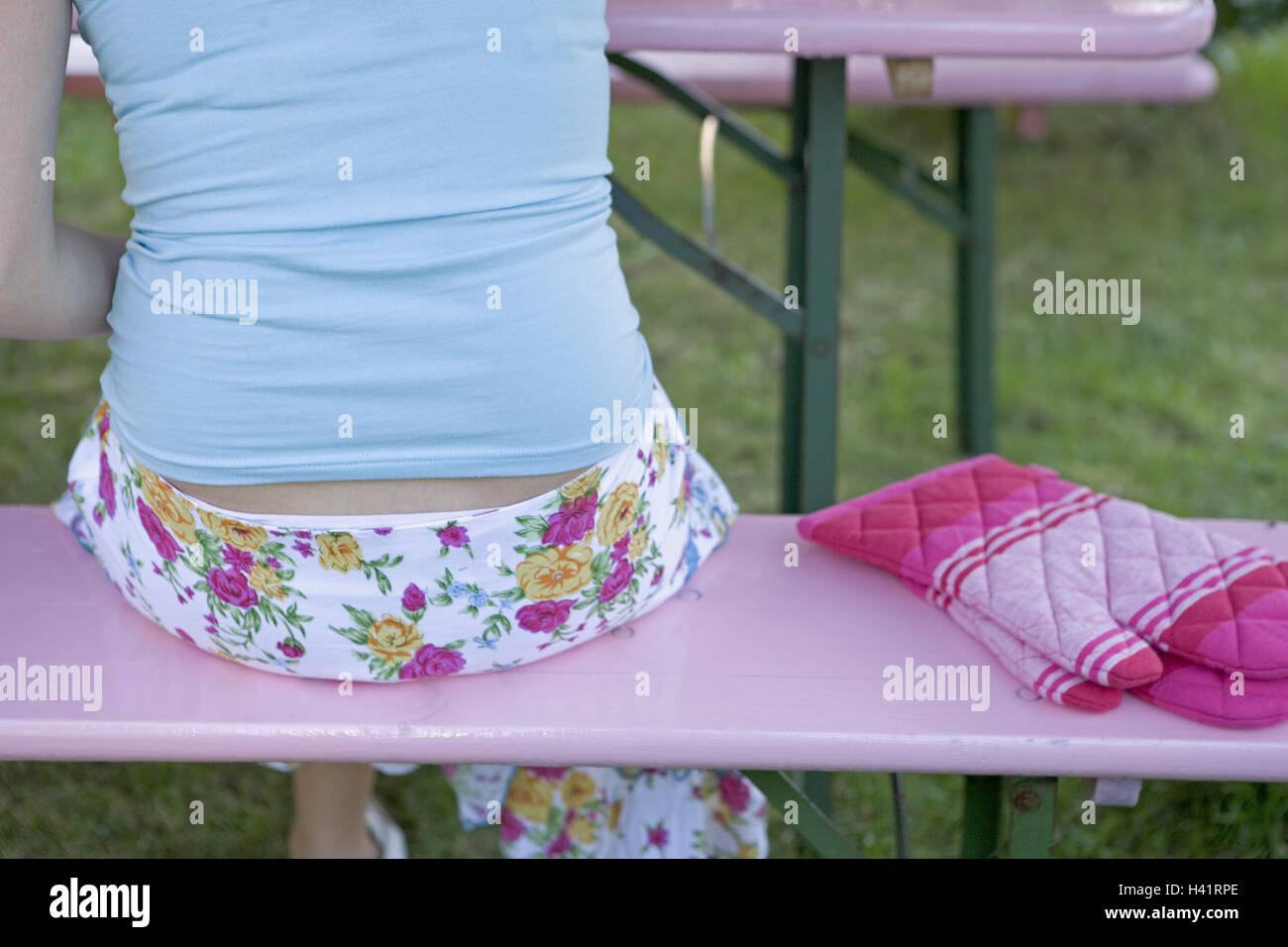 Sits beer bank, woman, back opinion,,  Detail, grill gloves, broached  24 years, 20-30 years, clothing, summery, - Stock Image