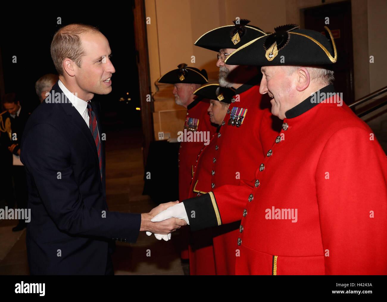 The Duke of Cambridge speaks to Chelsea Pensioner Derek Goodall whilst attending the MOD Employer Recognition Scheme - Stock Image