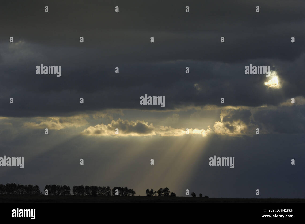 cloudy sky, darkly, rain clouds, sunrays, break through - Stock Image
