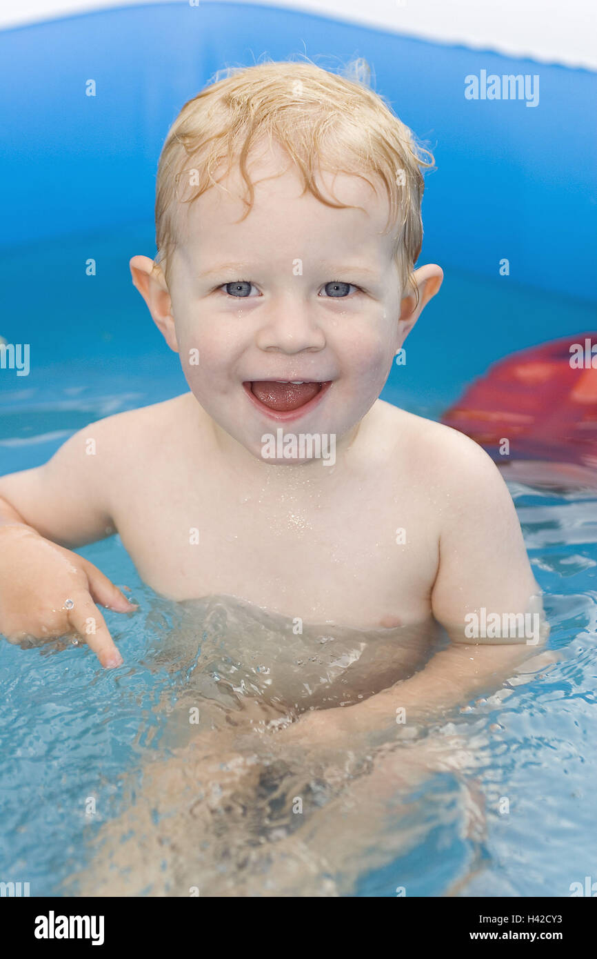 Give birth, bare, laughs, Planschbecken, sits, water, people, child, toddler, 3-5 years, blond, smiles, happily, - Stock Image